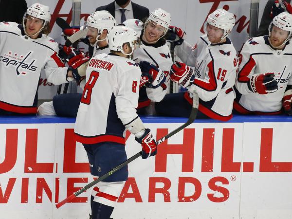 Hokejisti Washingtonu Capitals oslavujú gól