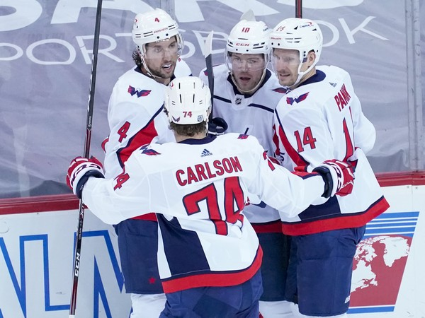 Hráči Washingtonu Capitals oslavujú gól