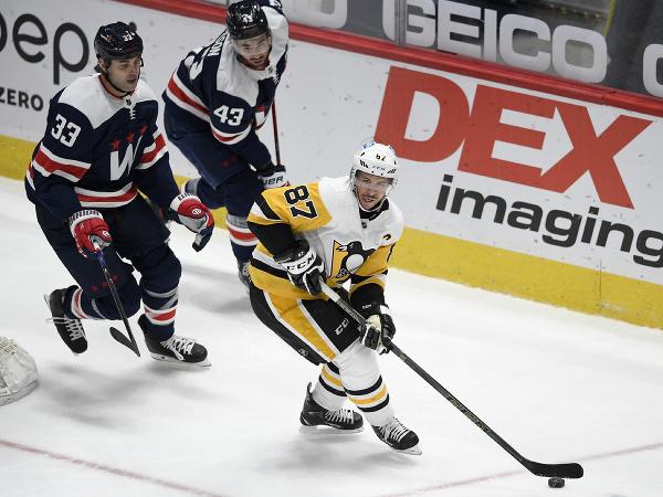 Zdeno Chára s číslom 33, v bielom drese Sidney Crosby