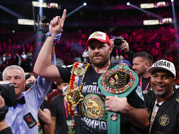 Tyson Fury oslavuje zisk titulu WBC