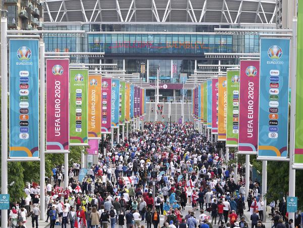 Futbaloví fanúšikovia sa zhromažďujú pred štadiónom vo Wembley v Londýne