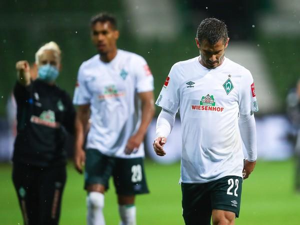 Sklamaní hráči Werderu Brémy po prvom barážovom zápase