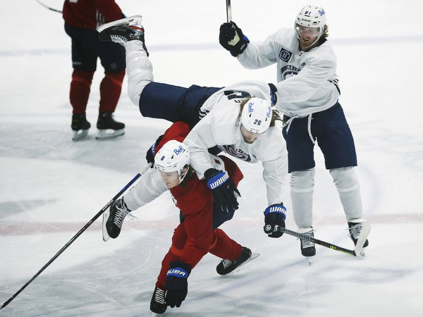 Sami Niku letí cez svojho spoluhráča na tréningu Winnipegu Jets