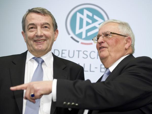 Bývalý prezident Nemeckého futbalového zväzu (DFB) Theo Zwanziger a generálny sekretár DFB Wolfgang Niersbach