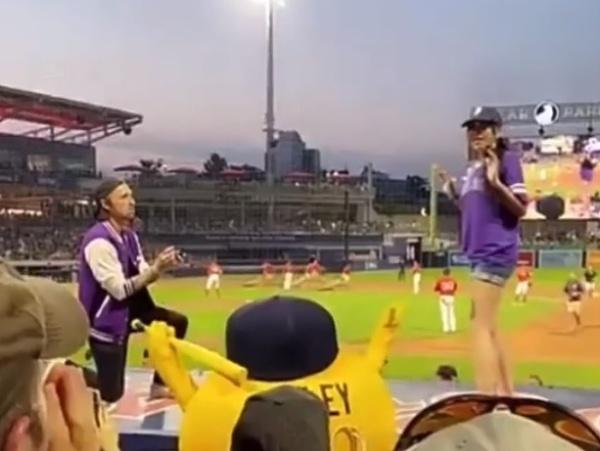 Neznámy muž žiada svoju priateľku o ruku na bejzbalovom zápase