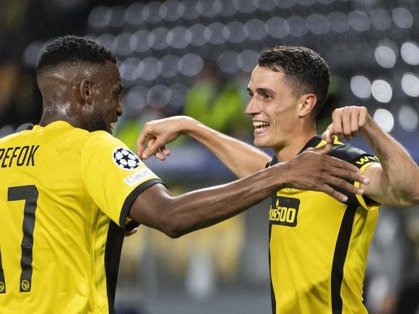 Hráč Young Boys Vincent Sierro (vpravo) oslavuje so spoluhráčom Jordanom Siebatcheuom gól