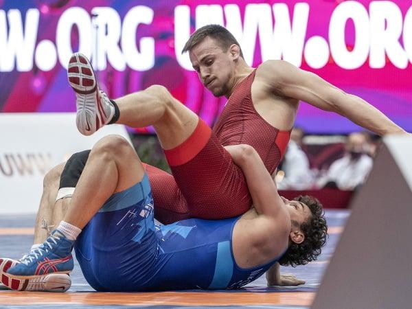 Slovenský reprezentant v zápasení vo voľnom štýle Boris Makojev (modrý) a Talian Simone Iannattoni (červený)