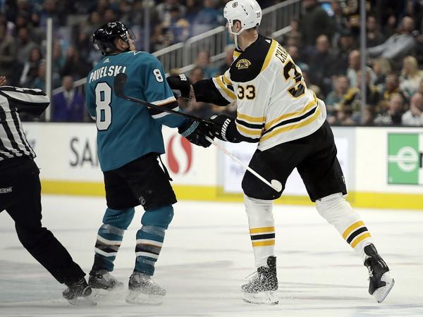 Kapitán Bostonu Bruins Zdeno Chára (vpravo) a hokejista San Jose Sharks Joe Pavelski