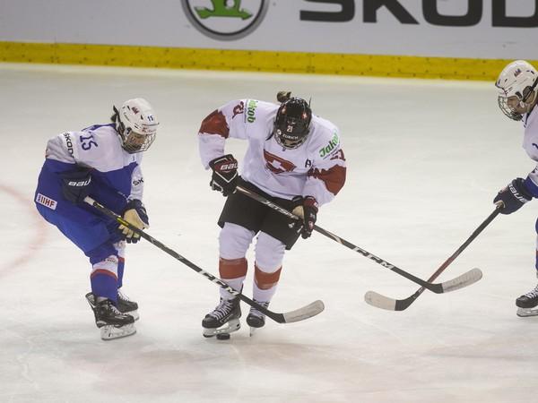 Na snímke zľava Kristína Slováková (Slovensko), Ladina Staubová (Švajčiarsko) a Nikola Nemčeková (SLovensko)