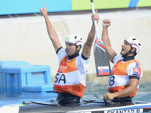 Na snímke slovenskí deblisti Ladislav a Peter Škantárovci sa tešia v cieli po zisku zlatej medaily v kategórii C2