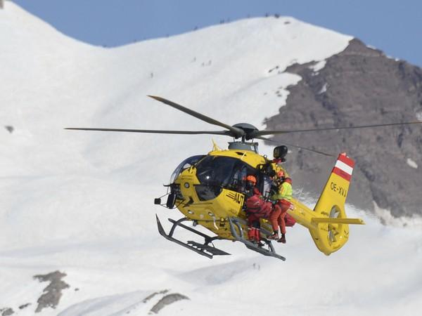 Zranená Rosina Schneebergerová transportovaná vrtuľníkom