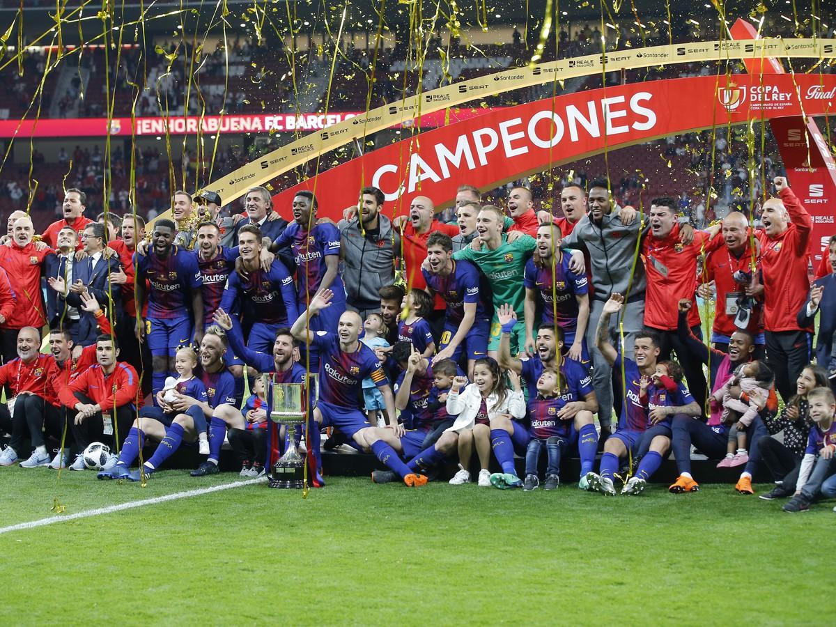 Andrés Iniesta (v strede)
