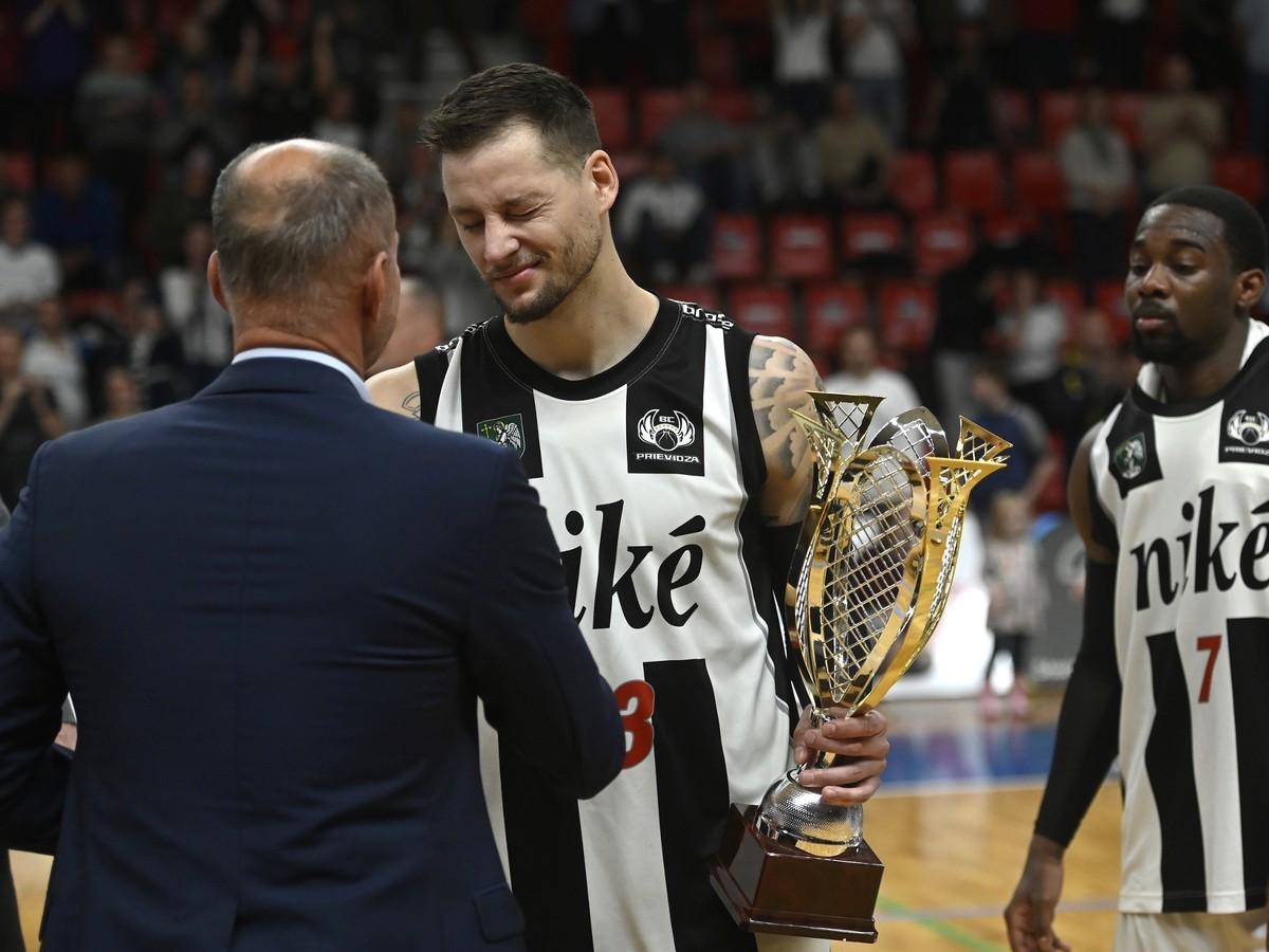 Marek Jašš preberá trofej