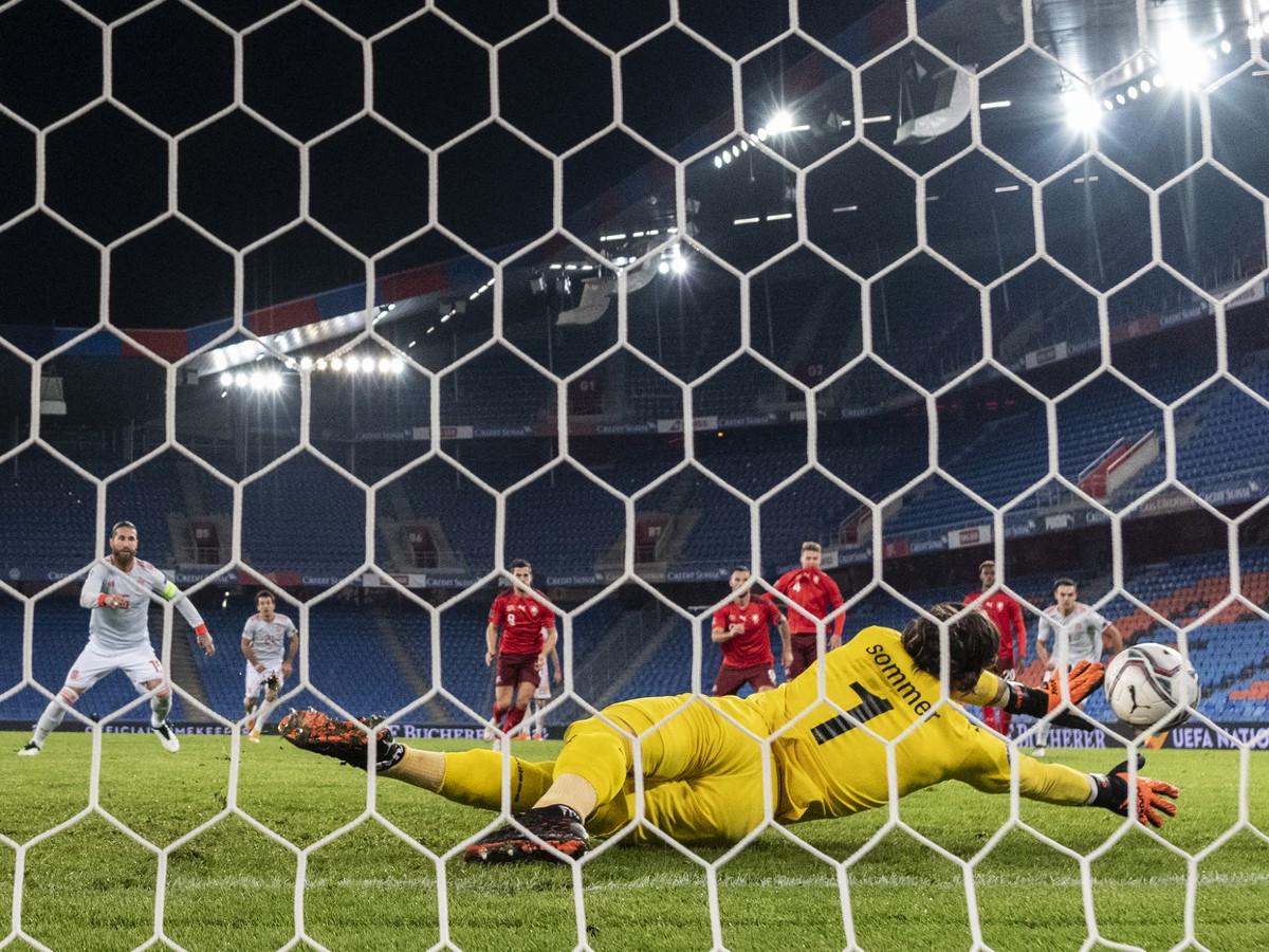 Yann Sommer chytá penaltu