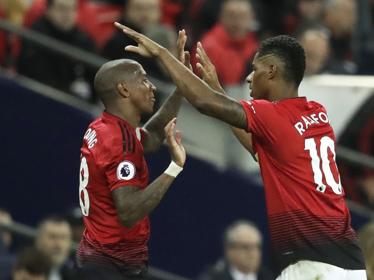 Ashley Young a Marcus Rashford oslavujú gól United