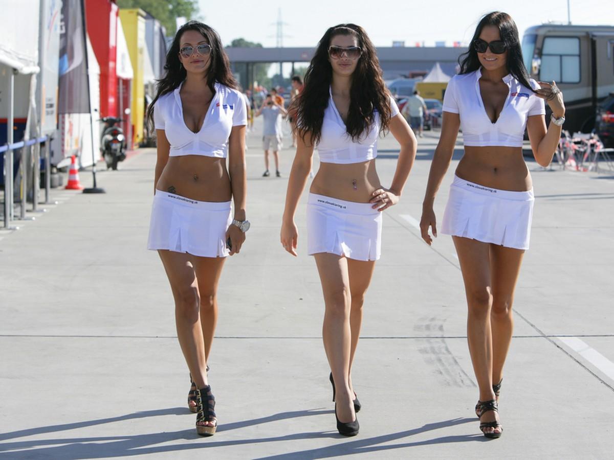 af1570c495a Rýchle autá a krásne ženy  Na tejto trati bolo horúco! - galéria ...
