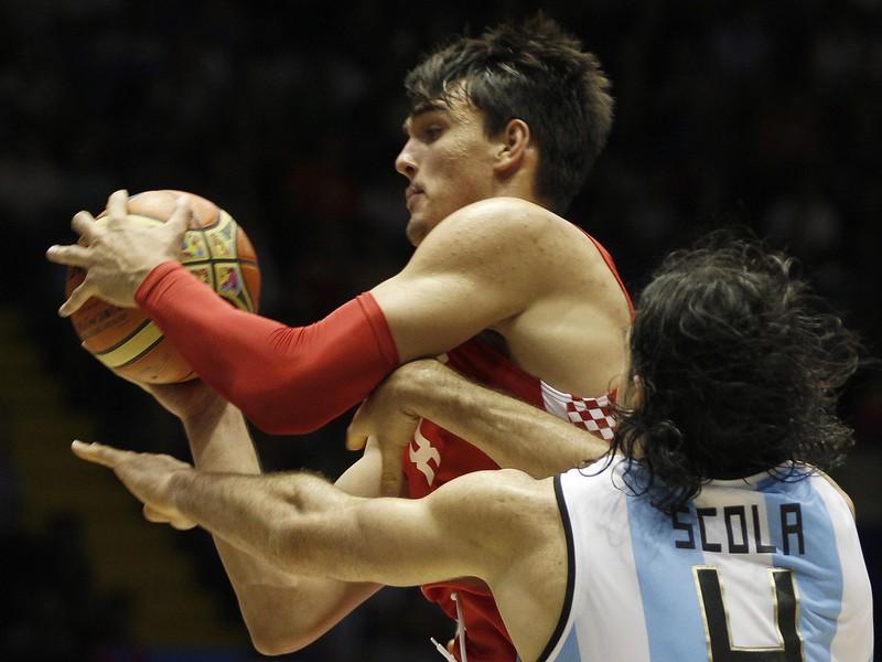 Dario Šarič (pri lopte) v súboji s Argentínou