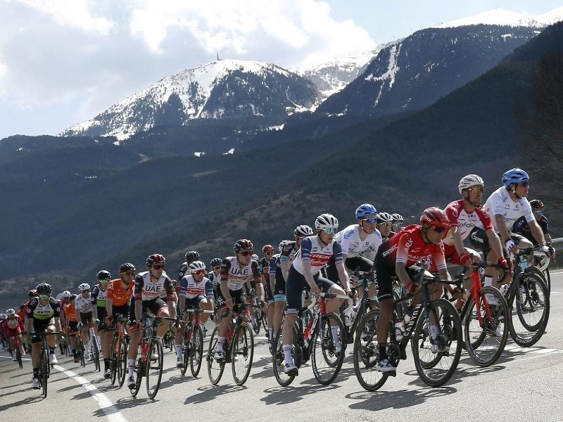 Cyklisti počas etapy na Okolo Katalánska