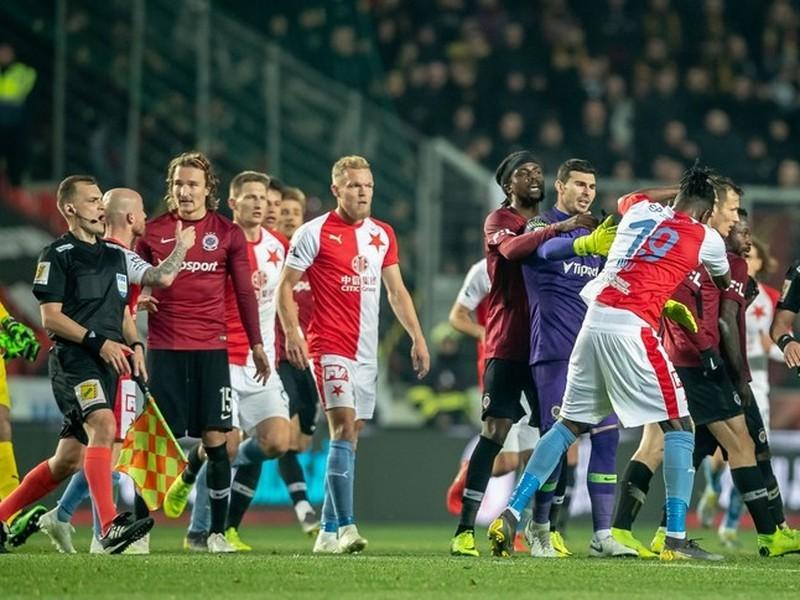Rozhodcovia pražské derby nezvládli