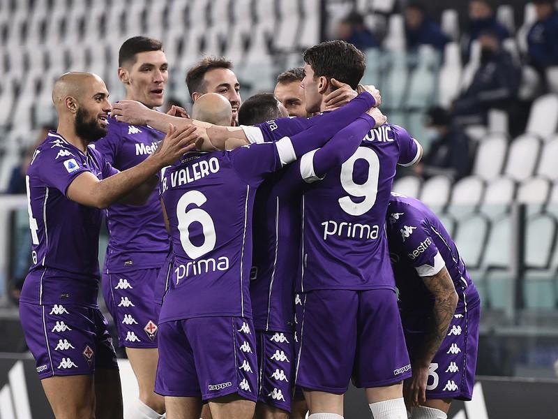 Hráči Fiorentiny sa tešia z gólu do siete Juventusu