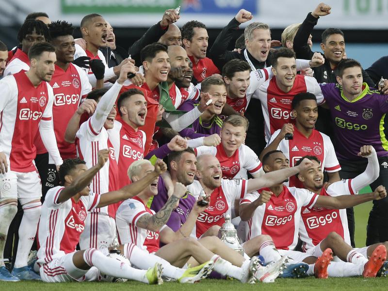 Futbalisti Ajaxu Amsterdam pózujú s trofejou