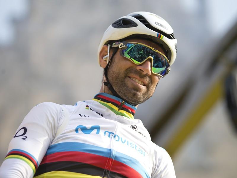 Na snímke španielsky cyklista v dúhovom drese majstra sveta Alejandro Valverde