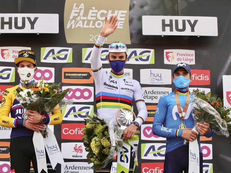 Primož Roglič, Julian Alaphilippe a Alejandro Valverde na stupni víťazov