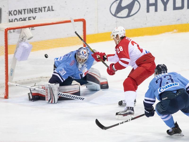 Marek Čiliak z HC Slovan Bratislava, Alexander Siomin z Viťaz Podoľsk a Adam Liška z HC Slovan Bratislava