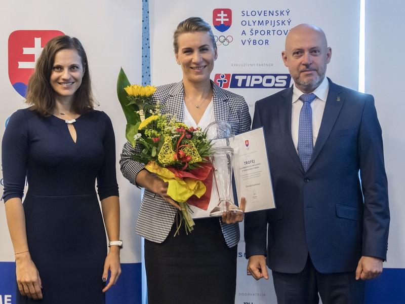 Uprostred si prevzala cenu Trofej SOŠV bývalá biatlonistka Anastasia Kuzminová, vpravo prezident Slovenského olympijského a športového výboru (SOŠV) Anton Siekel a vľavo členka Medzinárodného olympijského výboru (MOV) Danka Barteková