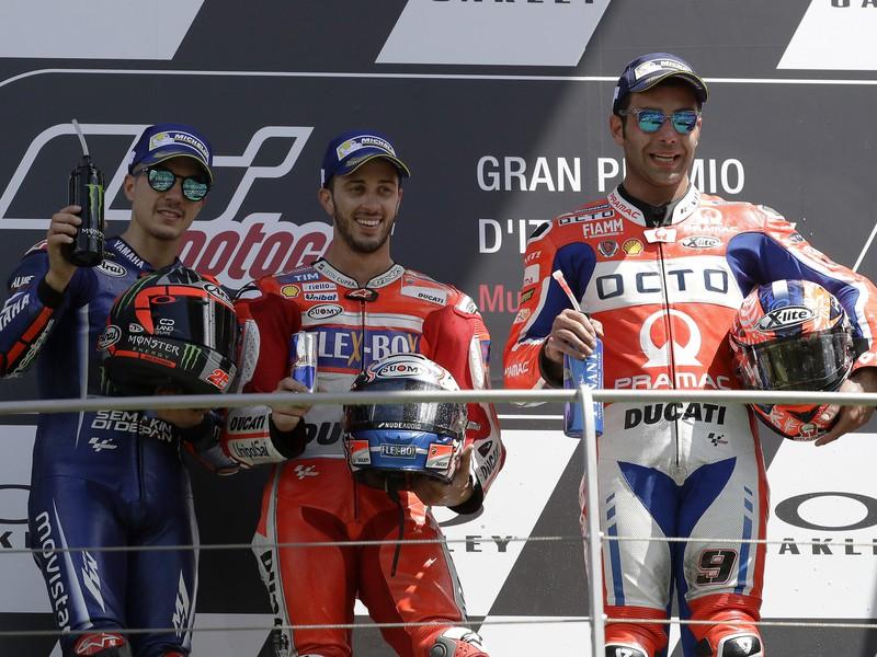 Andrea Dovizioso (v strede) sa raduje z triumfu