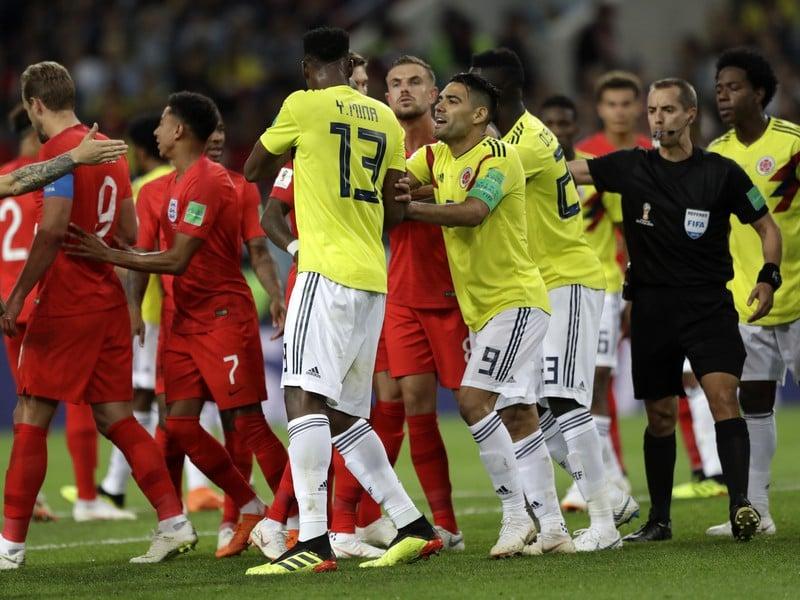 Hráči Anglicka a Kolumbie sa hádajú v zápase osemfinále MS vo futbale