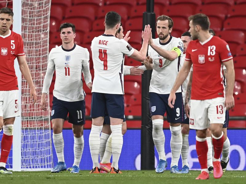 Reprezentanti Anglicka oslavujú gól do siete Poľska