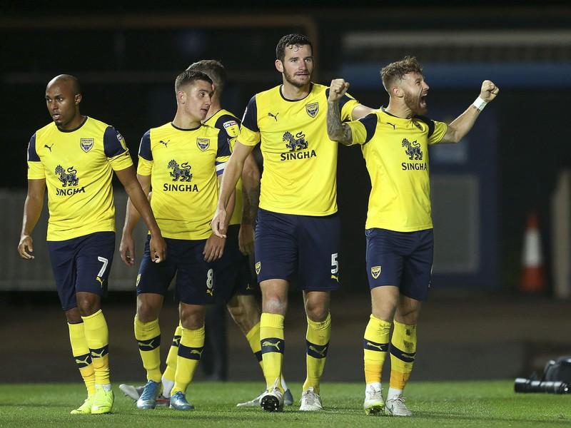Matt Taylor a jeho gólové oslavy so spoluhráčmi Oxford United