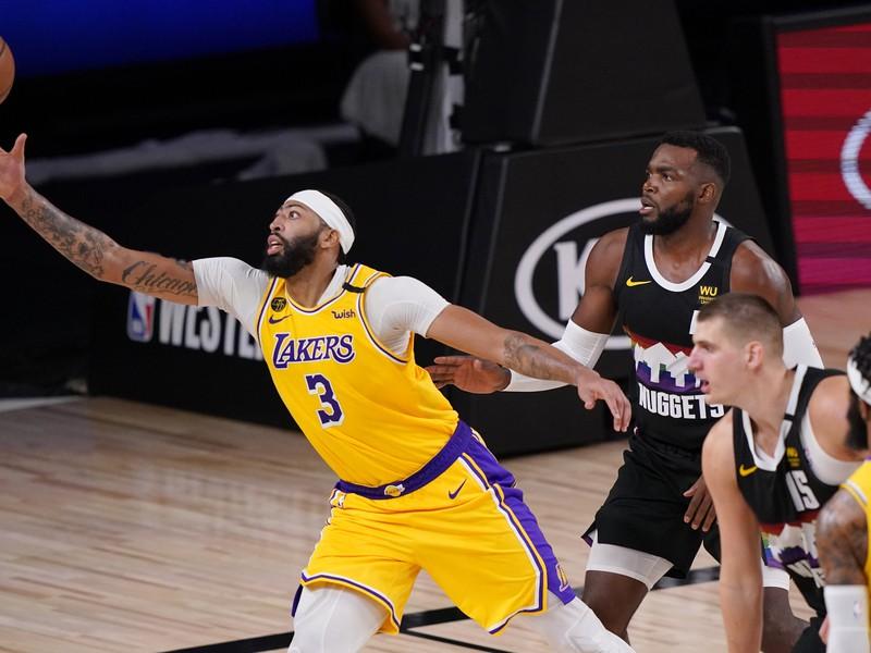 Anthony Davis (3) z Los Angeles Lakers sa naťahuje za loptou