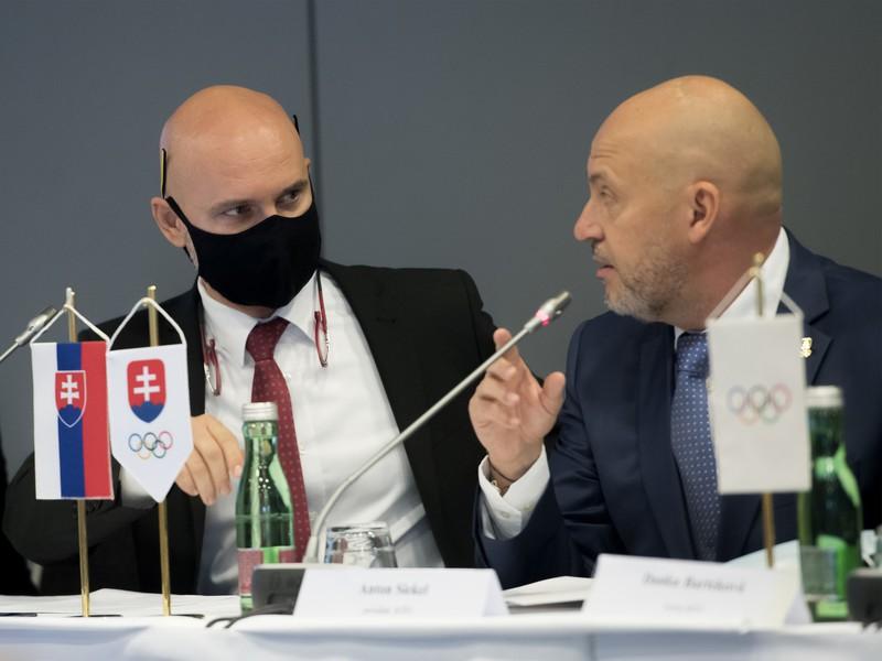 Na snímke vľavo minister Branislav Gröhling a vpravo prezident Slovenského olympijského a športového výboru Anton Siekel
