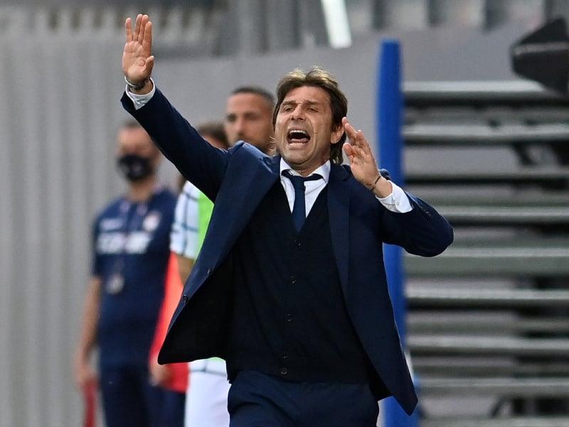 Antonio Conte rozdáva pokyny hráčom Interu