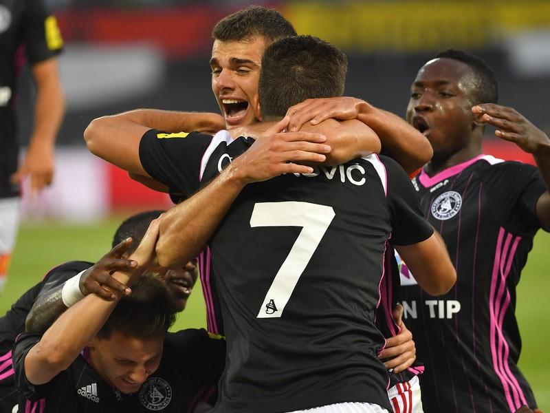 Na snímke hráč AS Trenčín Antonio Mance (tretí zľava) sa teší so spoluhráčmi z gólu