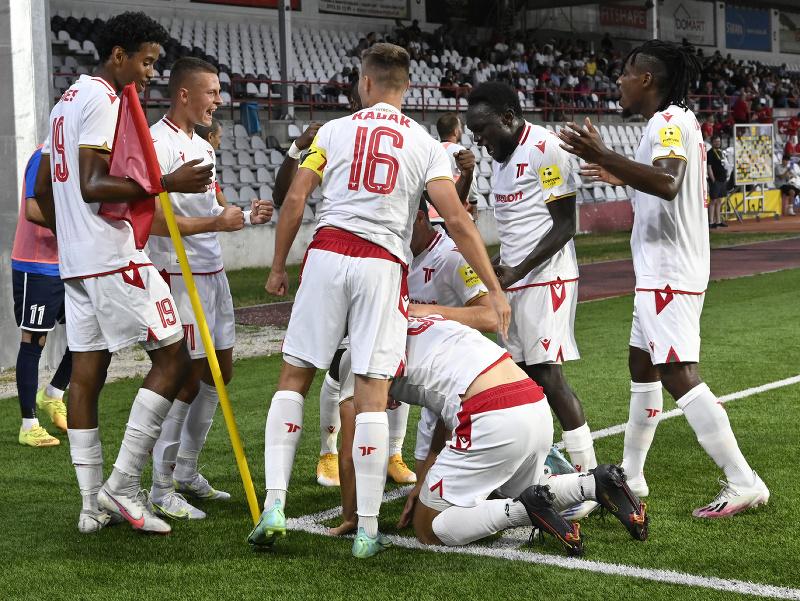 Na snímke hráči AS Trenčín sa tešia po strelení gólu