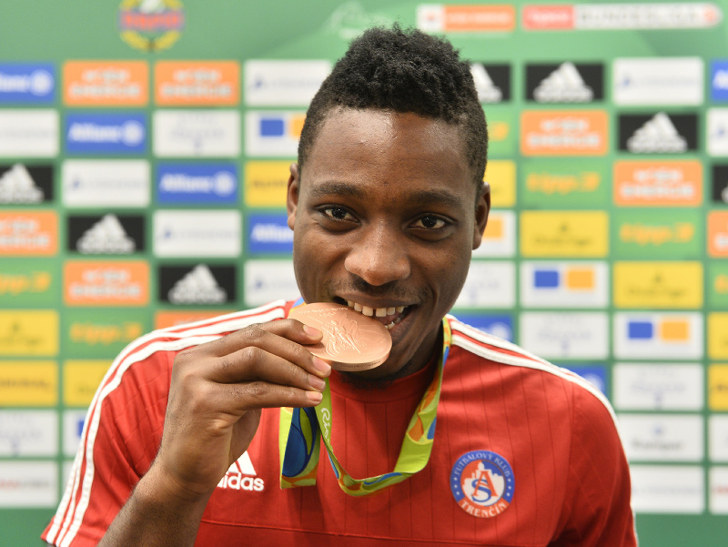 Hráč AS Trenčín Kingsley Madu pózuje s bronzovou medailou z olympijských hier v Riu