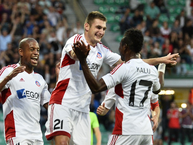 Matúš Bero (v strede) sa teší so spoluhráčmi