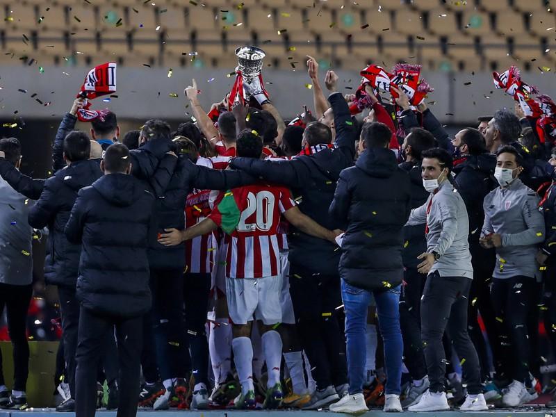 Futbalisti Athletica Bilbao sa tešia po zisku španielskeho Superpohára po víťazstve vo finále proti FC Barcelone