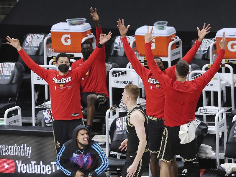 Hráči Atlanty sa radujú z víťazstva