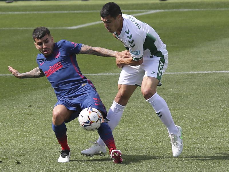 Angel Correa v súboji o loptu s Diegom Gonzalezom