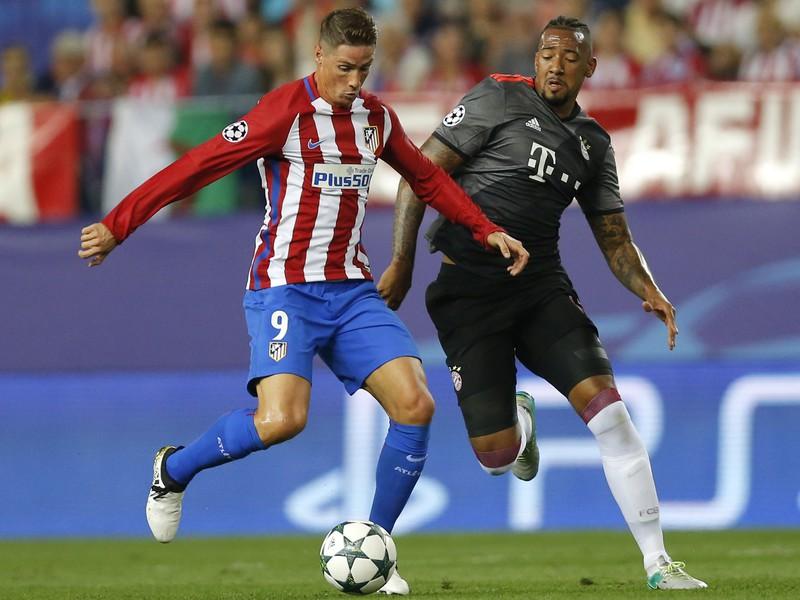 Fernando Torres a Jerome Boateng v súboji o loptu