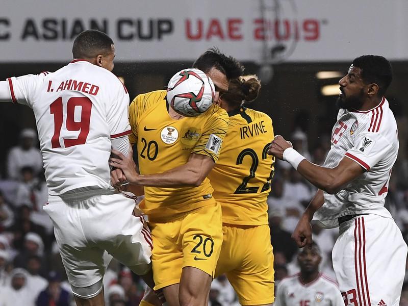 Ismail Ahmed, Trent Sainsbury, Jackson Irvine a Mohamed Ahmad v súboji o loptu