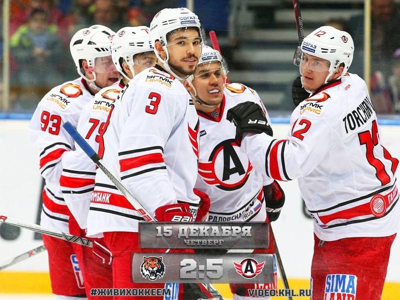 Hráči Jekaterinburgu sa radujú z gólu