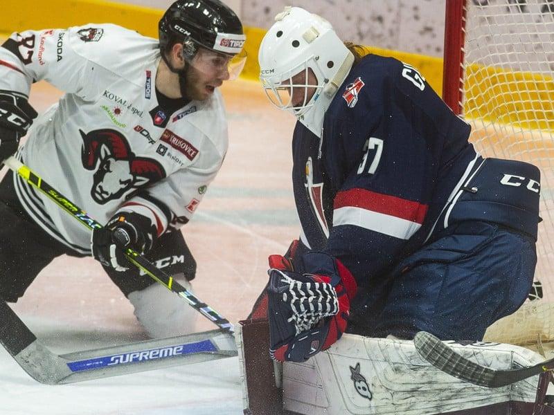 Na snímke sprava brankár Kristers Gudlevskis (Slovan) a Jakub Sukeľ (Banská Bystrica)
