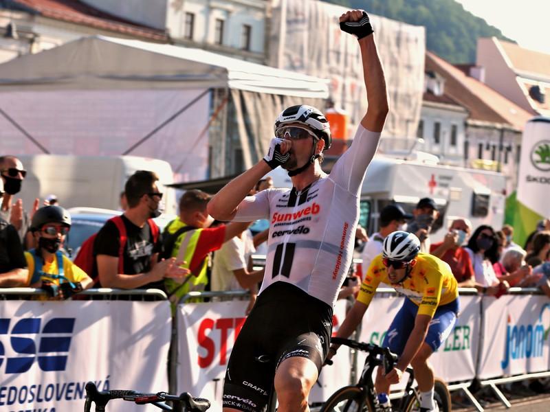 Nico Denz a jeho víťazné oslavy v cieli druhej etapy