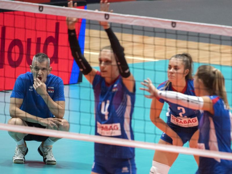 Zľava tréner Sloveniek Marco Fenoglio, hráčky Veronika Hrončeková, Barbora Koseková a Karin Palgutová