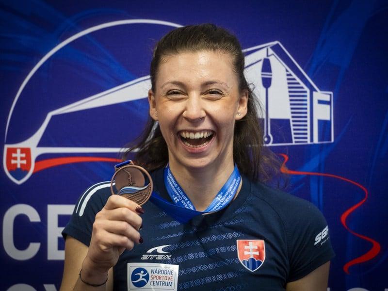 Športová gymnastka Barbora Mokošová pózuje s bronzovou medailou